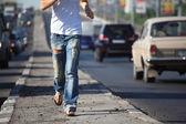 Tjejen kör på motorväg mitt i city, visa utan huvud — Stockfoto