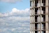 Ve výstavbě budovy proti obloze — Stock fotografie