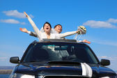 Noivo e noiva são ainda bem em pé no carro — Fotografia Stock