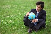 Uomo d'affari sull'erba — Foto Stock