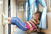 鉄道車の回廊の女の子 — ストック写真