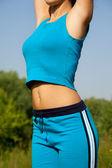 Jonge vrouw tijdens fitness in het land — Stockfoto