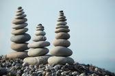 Zen taşlar gökyüzüne karşı — Stok fotoğraf