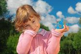 Little girl with Earth cube outdoor in summer — Stock Photo