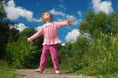 Niña al aire libre se ve hacia arriba — Foto de Stock