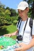 Fotografo cerca mappa nell'arboreto di sochi — Foto Stock