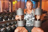 在健身房中强健美训练肌肉 — 图库照片