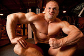 Bodybuilder demonstrates his muscles — Stock Photo