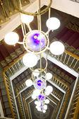 梯子に対して美しいシャンデリア — ストック写真
