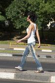 Flicka går på mitten av vägen — Stockfoto