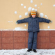 Kid is standing near wall — Stock Photo