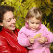 Mother and daughter in the park in autumn 2 — Stock Photo