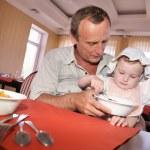 Man feeds the child — Stock Photo