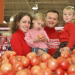 Parents with children in supermarket — Stock Photo