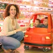 Mother child store cart — Stockfoto
