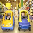 Children in the toy automobiles in the store - Foto Stock
