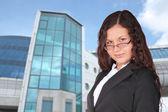 青いビル、コラージュに近い美しい茶色の髪の女性 — ストック写真