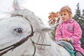 小女孩骑乘马 — 图库照片