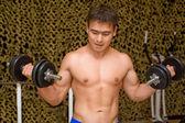 Starke Bodybuilder Training Muskeln im Fitness-Studio, Schulung bicepses — Stockfoto