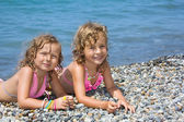 Deux jolies petites filles se trouvant sur la plage proche mer — Photo