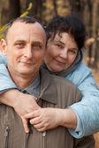 Uomo e donna nel bosco autunnale — Foto Stock