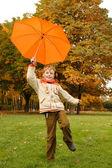 Deštníky v podzimním parku — Stock fotografie