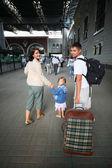 Šťastná rodina s malou holkou na nádraží — Stock fotografie