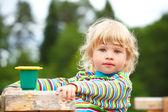 Portret dziewczyny na plac zabaw dla dzieci z zabawkami — Zdjęcie stockowe