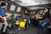 Groupe de rock travaille en studio — Photo