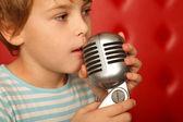 Portrét chlapce s mikrofonem — Stock fotografie