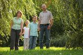 Familia a principios del otoño Parque — Foto de Stock