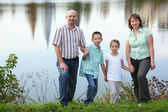 Familj i början av hösten park — Stockfoto