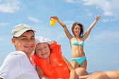 Young man with little girl in orange lifejacket and beautiful wo — Stockfoto