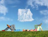 Para leżący na trawy i wymarzony dom collage — Zdjęcie stockowe