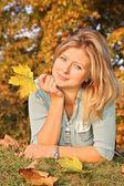 Blauwogige blond met het gele blad — Stockfoto