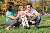 Familie met meisje in park — Stockfoto