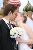 Bride and fiance are kissed against the background of temple Vasiliya Bless — Stock Photo