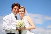 Fidanzato, sposa, bouquet e il cielo — Foto Stock