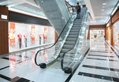 Personer på rulltrappan i butik — Stockfoto