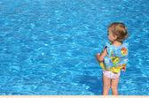 Flicka kostnaderna om pool — Stockfoto