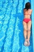 Les flotteurs de la femme dans la piscine — Photo