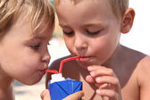 Kinderen drink sap. — Stockfoto
