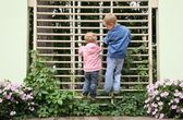 Children climbed up to the lattice in the park — Stockfoto