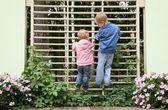 Enfants a grimpé jusqu'à le treillis dans le parc — Photo