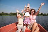 Madre feliz con los niños en el barco — Foto de Stock