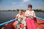 女人和男孩在桨船上 — 图库照片
