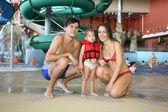 Familia en parque acuático — Foto de Stock