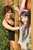Mother and daughter in the park are held for the wooden beam — Foto Stock
