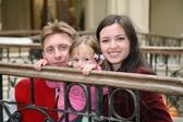 Junge familie in moskau universal speichern 3 — Stockfoto