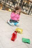 çocuk ve torbalarda dükkanı — Stok fotoğraf